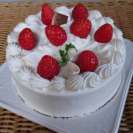 定番生クリームのデコレーションケーキ